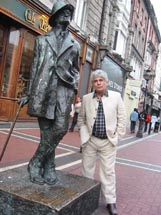 Sargon Boulus at the James Joyce statue, Dublin